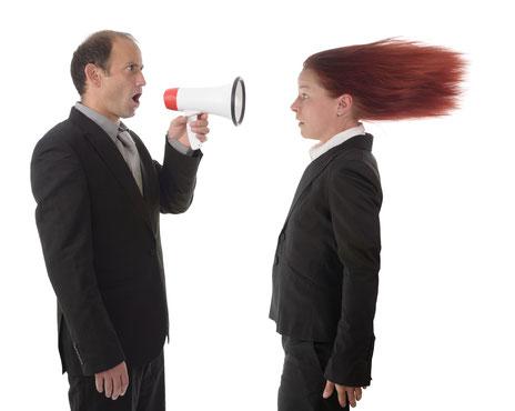 Psychologisches Wissen zum Thema Selbstermächtigung in der Politik: Wenn Politiker sich über das Volk erheben