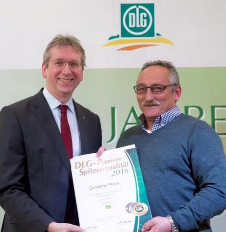 """DLG-Auszeichnung für """"Zum Ölbaron"""": Dr. Reinhard Grandke, Hauptgeschäftsführer der DLG (links) überreicht die Urkunde anlässlich der DLG-Prämierung an Willi Österer. (Foto: DLG)."""
