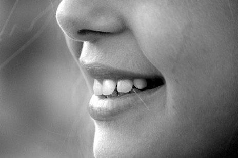 Auf dem Bild ist, das Lächeln einer Frau abgebildet. Für mehr Informationen bitte den Bild Untertitel lesen.