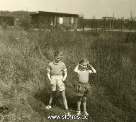 Franzis und Elin vor ihrer Baracke in Coerde