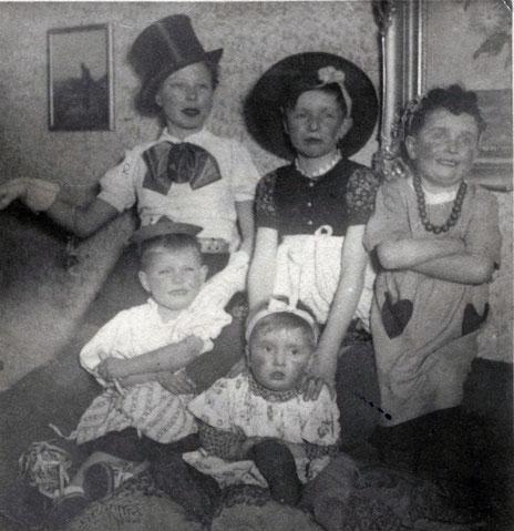 Häuslicher Karneval 1949 - Der Autor rechts außen