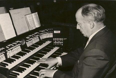 Otto Dunkelberg an der Orgel