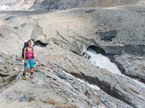 Am Gletschertor fließt die Lonza aus dem Langgletscher heraus