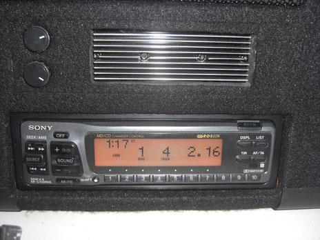 Sony XR-C700RDS, darüber California Subwoofersteurung mit Kühlkörper.