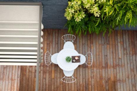 Terrassendach, Terrassenüberdachung auf einem Objekt mit einer Holzterrasse