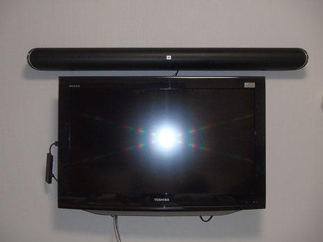 32型のテレビの上にサウンドバーを壁付けで設置