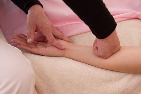 ▲腕の筋肉疲労も肩こりの一因。腕への施術で肩こりを解消します。