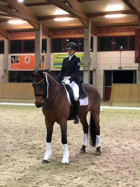 Anna Schlöffel belegt Platz drei in einer S*-Dressur.