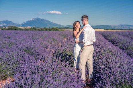 Demande de mariage dans un champ de lavande