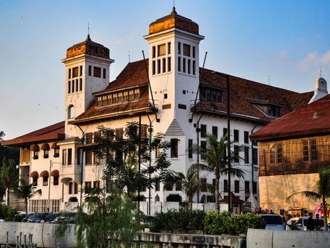 Koloniale bouwwerken dichtbij het Fatahillah plein in Jakarta op Java