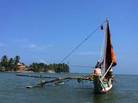 Lokale vissersboot voor de kust van het vissersplaatsje Negombo