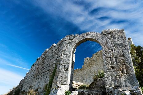 Majestätisch steht das Fort Buoux hoch oben auf einem Plateau.