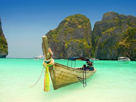 estirar-nos a la platja de Koh Phi Phi completament sols, banyar-nos en les aigües verd esmeralda al costat del nostre amor