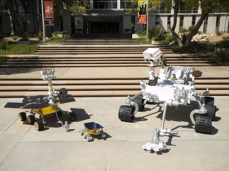 Eine Atrappe des Mars Science Laboratory (rechts) im Vergleich mit dem Mars Exploration Rover (links) und Mars Pathfinder (mitte) vor dem Jet Propulsion Laboratory in Kalifornien (NASA/JPL)