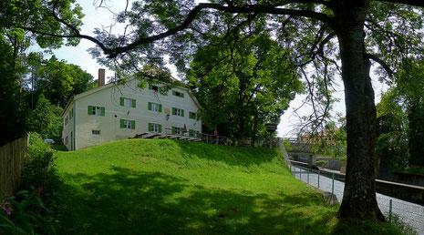 """Das Gasthaus """"Die Mühle"""", direkt  neben der Floßrutsche"""