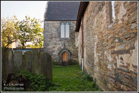 """Le jardin de l'Enclos et l'entrée de l'église, avec la porte dite """"des morts"""""""