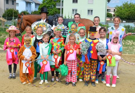 Die Voltigegruppe Rottal verabschiedet sich mit einer Zirkus-Vorführung an den Pferdesporttage Dagmersellen aus dem Pferdesport.