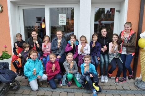 Zum 10-jährigen Trainingslager-Jubiläum wurden wir von Björn zum Glaceessen eingeladen.