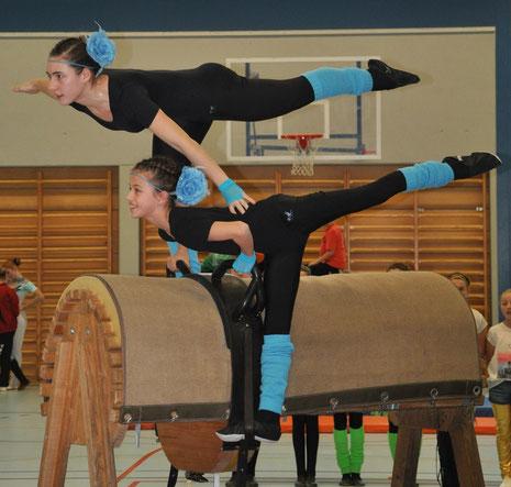 Jolina und Lea beim Turnen ihrer Doppelkür