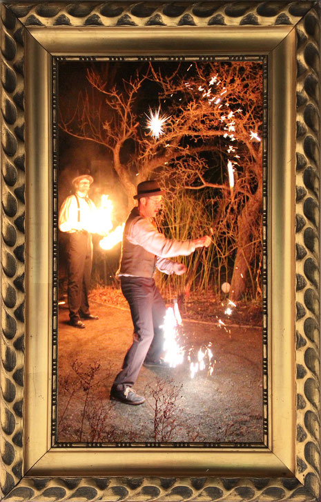 Pyrotechnik am Feuerstab, brennende Seile sorgen für großartige Unterhaltung zur Feuershow in Leipzig.