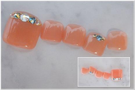 オレンジ系ベージュにシマー系のスワロで華やかなフットネイル