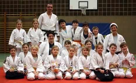 """Gruppenfoto mit """"Weihnachtsfrau-Judotrainerin"""" ;-)"""