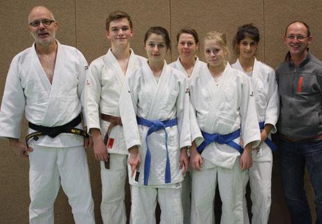 Foto von links: Prüfer Hartmut Schrage, Julian Auer, Valeria Huffmann, Irmgard Huffmann, Chiara-Sue Pätzold, Lena Dobrocky, Prüfer Wolfgang Auer