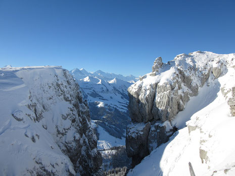 Impossanter Ausblick vom Böli zu den Berner Alpen - auf das Bild klicken