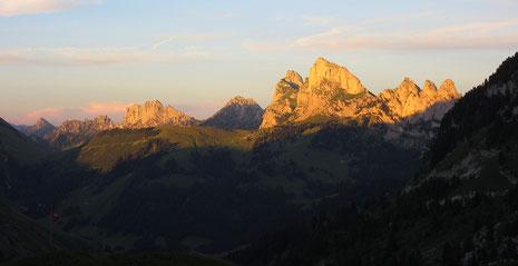 Abendstimmung bei der Cabane Les Marindes: Blick zu den Dolomiten der Schweiz (Gastlosen): Unser Ziel für den Folgetag.