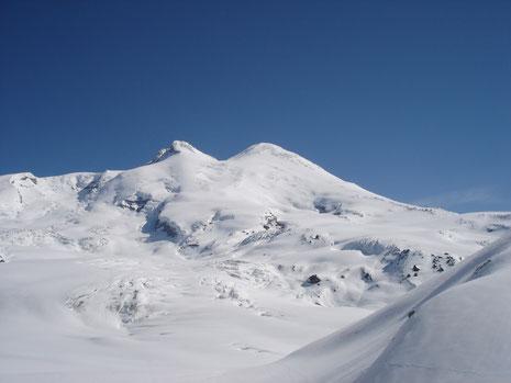 Elbrus, 5'642 m - der höchste Punkt befindet sich links