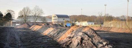 Der Ascheplatz am Jahnstadion weicht einem neuen Kunstrasenplatz, nebenan steht schon bald das Vereinsheim.  Das Vereinsheim des VfB Bottrop kommt - | Foto: Winfried Labus