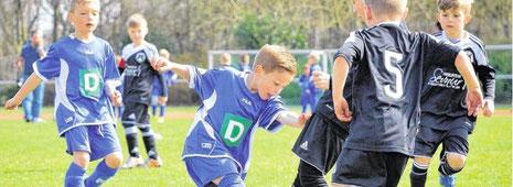 Bei den Bambini-Stadtmeisterschaften im Jahnstadion nutzte der Nachwuchs des VfB Bottrop (im Bild: schwarze Trikots, Spielszene gegen SV Vonderort) seinen Heimvorteil und gewann den Titel.                      Foto: Michael Korte