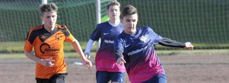 Sie spielten jüngst noch in der Leistungsklasse: Die B-Junioren von BW Fuhlenbrock (blau) und des VfB Bottrop.                       Foto: Winfried Labus
