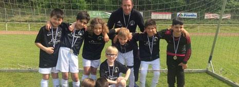 Philipp Drießen (hinten, M.) trainiert die U 9 (F-Jugend) des VfB Bottrop seit drei Jahren. In der kommenden Saison wechselt die komplette Mannschaft zu den E-Jugendlichen.                 Foto: VfB Bottrop