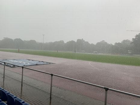 Land unter im Jahnstadion, zur zweiten Halbzeit musste auf dem kunstrasen gespielt werden.