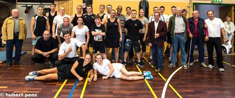 """Teilnehmer und Gäste nach dem """"offenen"""" Training in unserer Sporthalle"""