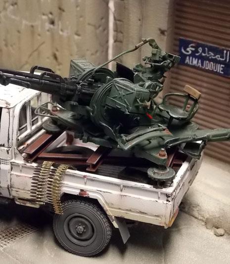Die Flak auf dem improvisierten Aufbau aus T-Trägern.