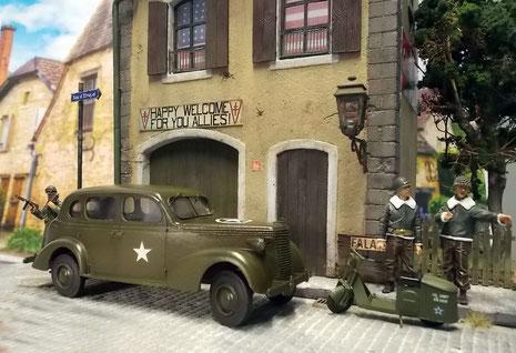 Zusammen mit einem kleinen US Army Roller von Plus Model bildet er eine schöne Einheit, um das Leben rund um ein kleines requiriertes Hauptquartier zu illustrieren.
