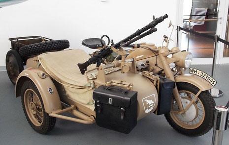 Aufgesetztes MG 38 und authentisches Verbands- und Kfz-Zeichen.