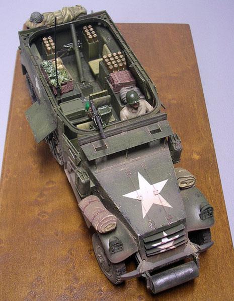 Der Aufbau rund um den Mörser ist gekennzeichnet durch eine umlaufende Ringlafette für das 0.50 MG als Nahbewaffung.