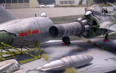 Das Rumpfheck ist auf dem Montagewagen zurückgezogen, Abwurftanks sind teilweise demontiert.