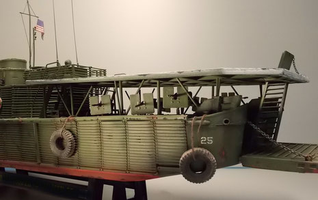 Unter dem Landedeck sind auf jeder Seite 3 schwere MG-Ständen auf Drehlafetten installiert.