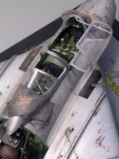 Blick in das geöffnete Cockpit. beachte die starken Verwitterungsspuren an der Aluminiumhülle.
