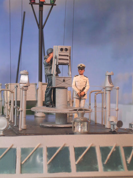 Kommandant mit am Entfernungsmesser.
