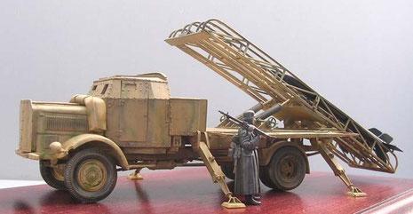 Auffällig auch hier die seitlichen Teleskopstützen, die die Rückstosskräfte auffangen und die LKW-Federung entlasten sollten.