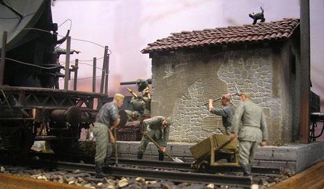 Gleisarbeiter des RAD reparieren das Gleisbett...