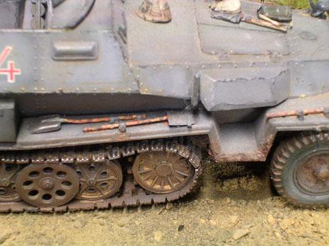 Detailansicht der Panzerung, sowie dem Übergang von Unterboden zur Karosserie. Auch das Werkzeug ist mit mehreren Holzfarben entsprechend gealtert worden.