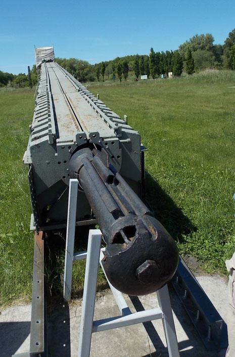 Mit teilweisen originalen Bauteilen wird die Abschussrampe für die V1 dargestellt, hier am Ende der Katapultschlitten.