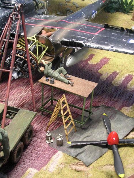 Andere Mechaniker bereiten den Einbau des Ersatzmotors vor.