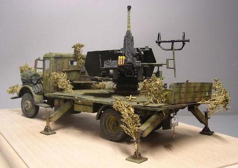 Markant die vier einstellbaren Stützholme, die die Fahrzeugfederung beim Geschützeinsatz entlasteten.